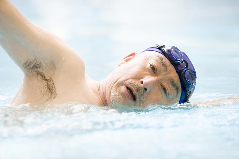 泳ぐシニア